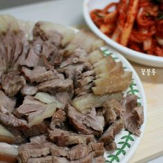 돼지고기 수육 맛있게 삶는법 손님 상차림 메뉴나 배추 겉절이에 궁합이 좋은 수육은 돼지고지 맛은 그대로... Korean Dishes, Korean Food, Food Design, K Food, Asian Recipes, Ethnic Recipes, Love Eat, Food Plating, No Cook Meals