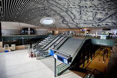 De eerste indruk: wat laag. De tweede indruk: wat mooi. Veel hoofden zullen achterover buigen als vandaag het nieuwe station van Delft in gebruik wordt genomen. Het plafond trekt alle aandacht.