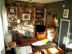 54 New Ideas Wall Color Living Room Small Spaces Exposed Brick New York Studio Apartment, Apartment Living, Apartment Therapy, Cozy Apartment, Living Room Colors, Small Living Rooms, Living Spaces, Brick Fireplace Wall, Warehouse Living