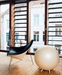 George Nelson zelf vergeleek de fauteuil met een in acht partjes gehakte kokosnoot, maar dan met omgekeerde kleuren.