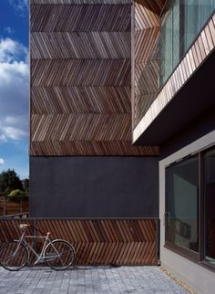 Built by Alison Brooks Architects in London, United Kingdom with date Images by Cristóbal Palma. The Herringbone Houses are two houses and integrated landscape located in a wooded back land site overlooking . Timber Screens, Timber Walls, Timber Cladding, Cladding Design, Facade Design, Timber Architecture, Architecture Details, Interior Exterior, Exterior Design