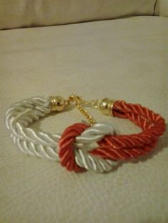 Pulsera de nudo en cordón de seda blanco y rojo