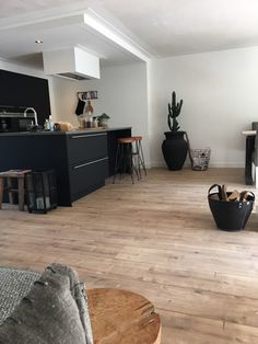 VERY minimal and modern contemporary matte black kitchen with amazing bleached pale wood floors! Home Interior, Kitchen Interior, Kitchen Design, Interior Design, Kitchen Ideas, Design Design, Kitchen Cabinets With Black Appliances, Black Kitchens, Gray Cabinets