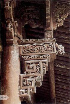 """雀替是中國古建築的特色構件之一。宋代稱""""角替"""",清代稱為""""雀替"""",又稱為""""插角""""或""""托木""""。"""