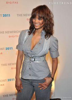 Toujours sublime, la Top  Tyra Banks  se fait un look sexy avec une coupe de cheveux afro longue et wavy, barrée d'une frange droite. Une allure idéale pour séduire les photographes sur le tapis rouge.