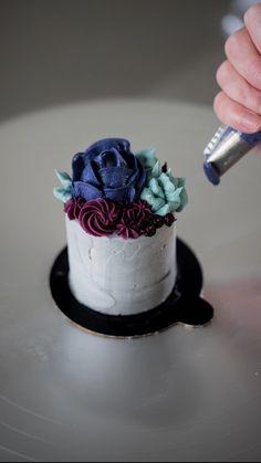 Cake Decorating Frosting, Cake Decorating Designs, Cake Decorating Techniques, Cake Decorating Tutorials, Cake Designs, Mini Desserts, Holiday Desserts, Chocolate Desserts, Mini Cakes