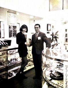 写真に写っているのは、奈美悦子さんと当社2代目社長です。