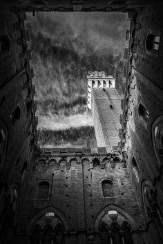 La Torre del Mangia ed il Cortile del Podestà. Foto di Fabiano Strappazzon su http://fc-foto.it/32633421