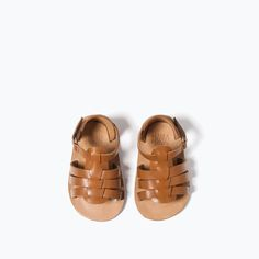 Discover the new ZARA collection online. The latest trends for Woman, Man, Kids and next season's ad campaigns. Kids Sandals, Shoes Sandals, Baby Boy Fashion, Kids Fashion, Vide Dressing, Fashion Catalogue, Zara United States, Shoe Collection, Leather Sandals