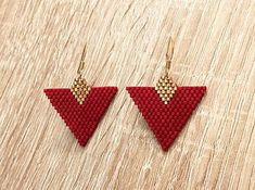 Boucles M. – Triangle – Rouge et Doré ! Boucles en perles et fils en nylon Miyu… M. Earrings – Triangle – Red and Gold! Beaded earrings and nylon threads Miyuki. Bead Jewellery, Seed Bead Jewelry, Seed Bead Earrings, Diy Earrings, Hoop Earrings, Pearl Earrings, Seed Beads, Beaded Earrings Patterns, Beading Patterns