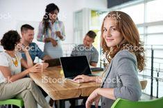 Изображение успешные повседневный Деловая женщина Пользоваться ноутбуком во время Стоковые фото Стоковая фотография