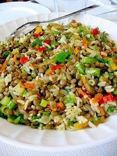 De Gevulde Olijf: Turkse groene linzen/rijst salade, met ajuin, wortel, bosui, munt, dille, sumak, citroensap