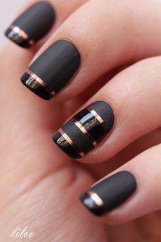 Diseños de uñas en color negro mate con rayas doradas.