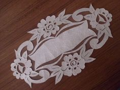 Tepsi örtüsü deri kesim Cutwork Embroidery, Embroidery Stitches, Handmade Crafts, Diy And Crafts, Cut Work, Arte Popular, Decoration Table, Doilies, Paper Art