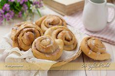 Cinnamon rolls sono dei dolcetti di origine svedesi. diffusi negli Usa e nord Europa, ripieni di cannella e deliziosi da gustare a colazione ma anche a merenda