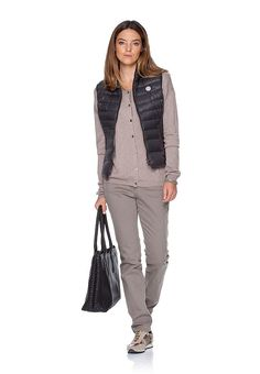 """Machen Sie diesen Winter blau mit den neuen Colour Denims von BRAX. Reiche Indigo-Töne sowie softes Grey und warmes Mauve geben den sportlichen Five-Pocket-Jeans ihren intensiven Charakter. Durch die Kombination von Reaktiv- und Pigmentfarbstoffen entstehen bei diesen Damenhose reiche und natürliche Farben. Das zusätzliche """"Stonen"""" verleiht der Damenjeans einen sportiven Look und einen authenti..."""