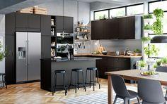 Les portes et façades de tiroir KUNGSBACKA noires sont faites de bouteilles de plastique PET et de bois recyclés. Voilà des éléments bons pour l'environnement et pour votre cuisine.