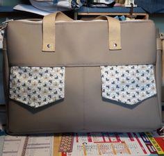 Besace Zip-Zip en simili gris et coton à motifs cousue par Ninie - Patron Sacôtin