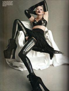 Black glossy glamour - Kate Moss in Atsuko Kudo Latex - as seen on Kim Kardashian, Lady Gaga & Kelly Brook among others. Latex Fashion, Fetish Fashion, Dark Fashion, High Fashion, Moss Fashion, Gloves Fashion, Fashion Women, Fashion Art, Fashion Beauty