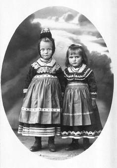 Zwei Schwestern aus Dreihausen, um 1918  #Marburg #evangelisch