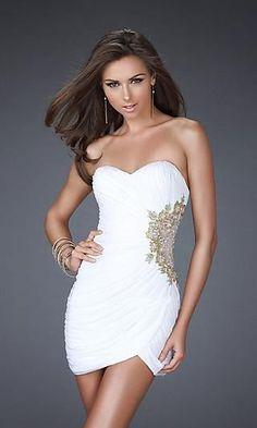C'est un tenue blanc avec quelque chose ingot à coute de le tenue. C'est tres belle. J'aime le tenue blanc.