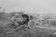 https://flic.kr/p/23D6Y1Y | 1940, France, Un soldat allemand inspecte un canon léger de 25 antichar SA-L modèle 1934 produit par Hotchkiss. Il sera utilisé par la Wehrmacht sous la dénomination 2,5-cm-PaK 113(f)