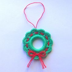 Mini ghirlanda di Natale verde e rossa, decorazione natalizia, fatta a mano all'uncinetto, by La piccola bottega della Creatività, 3,90 € su misshobby.com