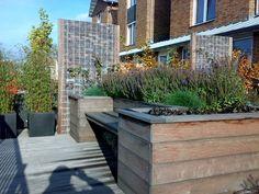 Bank hardhout maatwerk in een kleine tuin