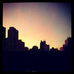Pôr do sol visto da janela da Gabi.