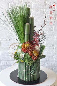 how to staple foliage designs in floral arrangements Modern Floral Arrangements, Creative Flower Arrangements, Flower Arrangement Designs, Ikebana Flower Arrangement, Church Flower Arrangements, Beautiful Flower Arrangements, Floral Centerpieces, Flower Vases, Flower Art