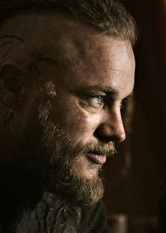 Travis Fimmel (Ragnar in Vikings) Ragnar Lothbrok Vikings, Ragnar Lothbrook, Roi Ragnar, Lagertha, Viking Shirt, Viking Men, Viking Warrior, Vikings Travis Fimmel, Vikings Tv Series