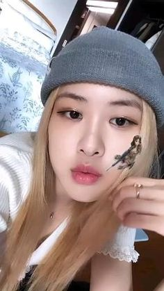 Discovered by 𝓂𝒶𝓃𝒹𝓎. Find images and videos about kpop, rose and blackpink on We Heart It - the app to get lost in what you love. Rose Video, Blackpink Video, Simbolos Para Nicks, Foto Rose, Rose Icon, Black Pink Kpop, Black Pink Rose, Blackpink Photos, Blackpink Fashion