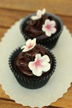 Cupcakes med körsbär och choklad