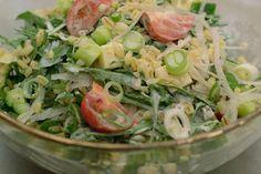 'Een boterham met …' in de brooddoos voor op het werk: daar is niks mis mee. Toch is het een idee om een beetje variatie te brengen in die werklunch. Deze voedzame salade met gestoomde tarwekorrels, verse groenten, blokjes komijnkaas én een dressing is alvast Jeroens suggestie. Je kan alles een dag op voorhand bereiden. Uiteraard smaakt de salade net zo goed thuis, tijdens de lunch of als avondmaal.