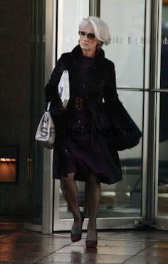 "Miranda ( Meryl Streep ) is chic in a plum-colored dress, black fur coat, and crimson-colored heels ""The Devil Wears Prada"", 2006 Miranda Priestly, Meryl Streep, Black Fur Coat, Iconic Dresses, Devil Wears Prada, Elegant Outfit, Classy And Fabulous, Winter Wear, Costume Design"