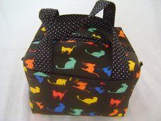 Lunch Bag ou Lancheira térmica feita tecido 100% algodão e forrada com tecido térmico. Fechamento com zíper.    Mede aproximadamente 20cm de largura, 14cm de altura e 18cm de profundidade. R$ 69,00