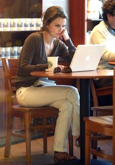 Keri Russell at Starbucks Keri Russell Style, Casual Outfits, Fashion Outfits, French Chic, Belle Photo, Starbucks, Ideias Fashion, Style Me, Celebrity Style