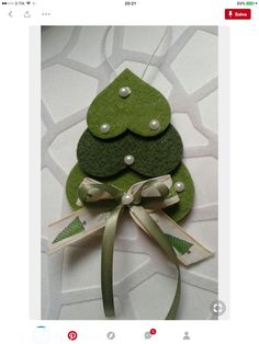 iSuper simple christmas ornament idea made from felt Christmas Makes, Christmas Art, Christmas Projects, Simple Christmas, Christmas Wishes, Navidad Simple, Navidad Diy, Handmade Christmas Decorations, Felt Christmas Ornaments
