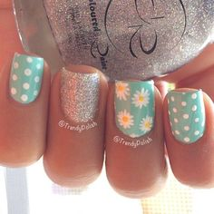 Girls like to decorate their nails, so if you want to find some new nail designs this season, look at the 15 Beautiful Spring Nail Arts That You Should Copy. It's time to find those bright and happy colors. The idea of spring nails is colorful and Daisy Nail Art, Daisy Nails, Dot Nail Art, Polka Dot Nails, Flower Nails, Polka Dots, Nagellack Design, Nagellack Trends, Spring Nail Art