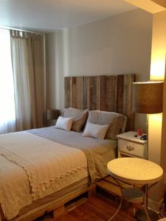 Headboard (barn wood) and spring-bed (pallets)! / Tête de lit (bois de grange) et sommier (pallettes Euro) !