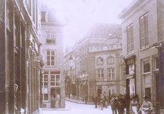 Kruispunt van Broerstraat, Pauwelstraat (links), Korte Molenstraat (midden), Oude Varkensmarkt en Houtstraat (rechts), rond 1890.