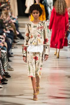 Oscar de la Renta Fall 2018 Ready-to-Wear collection, runway looks, beauty, models, and reviews.