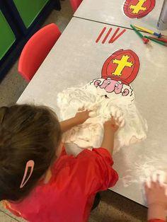 een baard van scheerschuim Preschool Christmas, Christmas Crafts For Kids, Simple Christmas, Snow Theme, Winter Theme, Saint Nicholas, Weaving Projects, School Themes, Tot School