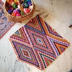 KİLİM BEBEK BATTANİYELERE,KOLTUKLARA EV DEKORUNA ÖRGÜ   Nazarca.com Crochet Square Patterns, Crochet Blanket Patterns, Baby Knitting Patterns, Crochet Designs, Crochet Stitches, Diy Crochet Rug, Crochet Bedspread, Crochet Bracelet Pattern, Bracelet Patterns
