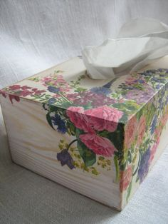 Drewniane pudełko na chusteczki higieniczne, malowane i zdobione metodą serwetkową