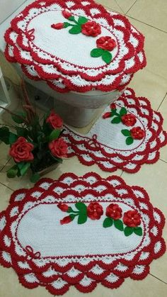 What fabulous Christmas holiday overkill! A crochet bathroom toilet and rug set. I actually tried to imagine out a similar pattern last year. Crochet Woman, Knit Crochet, Crochet Hats, Crochet Designs, Crochet Patterns, Woolen Craft, Crochet Christmas Ornaments, Christmas Makes, Christmas Holiday