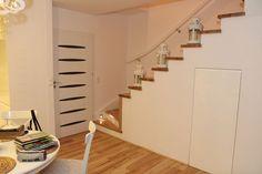 Schody na beton z policzkiem. Drewno jakie wykorzystaliśmy to jesion/sosna RAL. Cześć schodów posiada poręcz w kolorze schodów z białymi tralkami. Do tego punktowe oświetlenie LED. Czy nie wyglądają pięknie?:) Stairs, Led, Home Decor, Stairway, Decoration Home, Room Decor, Staircases, Home Interior Design, Ladders