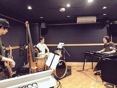 昨日のSchroeder-Headz(Ba:須藤優/Dr:鈴木浩之)荒吐リハ風景。 シュローダーは4月29日TSUGARUステージにて14:05~です!沖祐市 さん(東京スカパラダイスオーケストラ)をゲストに迎えたスペシャルなライブをお楽しみに! Drums, Music Instruments, Percussion, Musical Instruments, Drum, Drum Kit