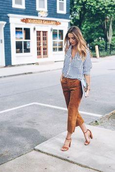 camisa listrada branco e azul com calça de suede