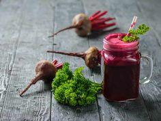 15 poderosos beneficios del jugo de perejil Beetroot, Watering Can, Wooden Tables, Beets, Parsley, Health Fitness, Canning, Healthy, Food